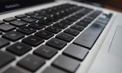 Cat costa sa schimbi tastatura la laptop?