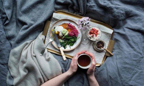 Mic dejun la pat. Cartofi dulci cu oua Benedict
