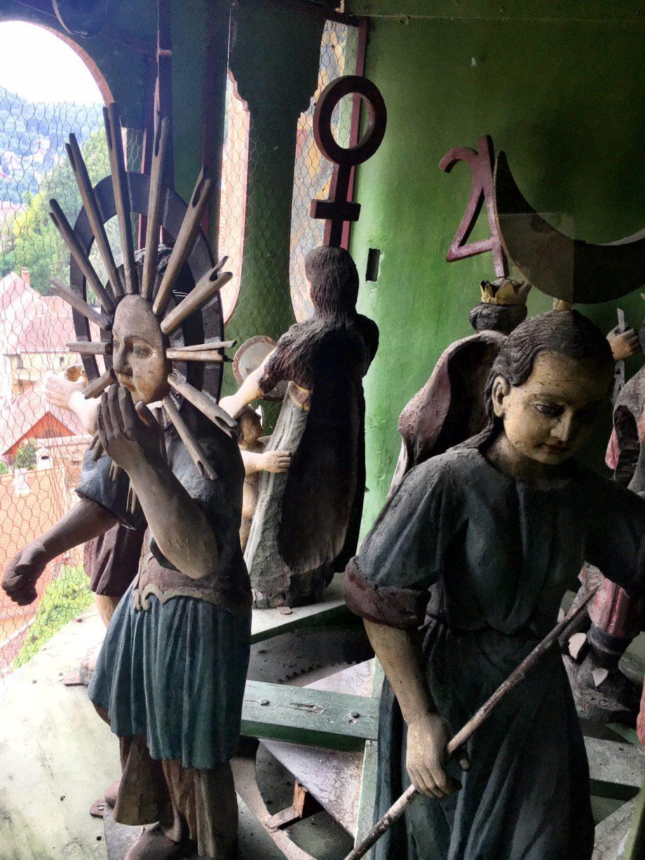 turnul cu ceas 7 figurine ce reprezinta zilele saptamanii